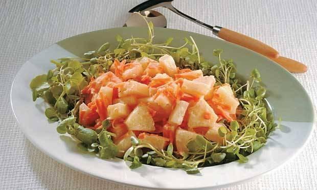Salada de agrião com abacaxi e cenoura